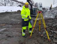 scan survey staff member working with terrain modelling and detailed measurement